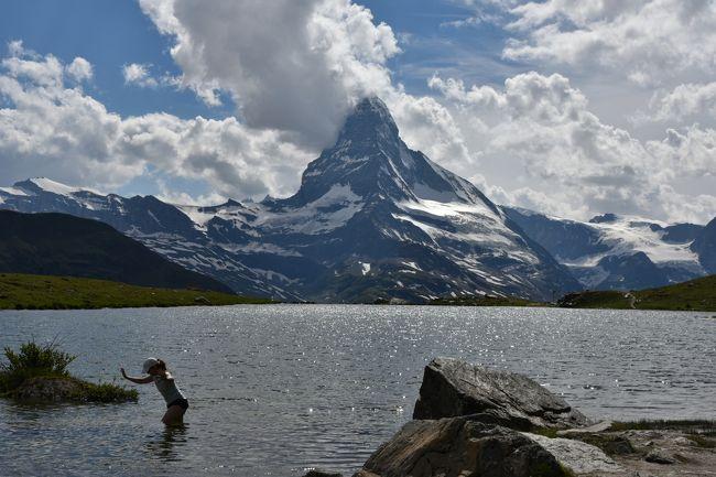 花とスイス(4) ユングフラウ周辺からの続きです。<br /><br />70歳未満の私が高山病にならないうちに3000m以上の展望台でアルプスの3大名峰アイガ-,マッタ-ホルン,モンブランを見に行く旅を計画し、天候に恵まれ3つの名峰を見ることができました。<br /><br />7月4日<br />1.ツェルマットホテルと日本人橋からのマッタ-ホルン<br />マッタ-ホルンの朝焼け(モルゲンロ-ト)は見られませんでした。<br />朝、日本人橋からマッタ-ホルンの頂上が見えました。<br />ツェルマット滞在中頂上がはっきり見えたのはこの時だけでした。<br />・ル-ト<br />ホテル→(徒歩)→日本人橋<br /><br />2.ゴルナ-グラ-ト展望台<br />ツァ-のパンフレットでよく目にする屋根に2つの天体観測用ド-ムのあるクルムホテル ゴルナーグラート後方のマッタ-ホルンは雲の中でした。<br />稀少種のアイベックス2頭を見ることができました。<br />・ル-ト<br />ホテル→(バス)→ツェルマット登山鉄道駅→鉄道(GGB) →ゴルナ-グラ-ト駅<br /><br />3.ロ-テンボ-デン~リッフェル湖経由~リッフェルベルク ハイキング<br />リッフェル湖から逆さマッタ-ホルンの写真は撮影できました。<br />ハイキングコ-スから雄大なアルプスの景色が見られました。この景色を見てしまうとスイス観光のリピ-タ-になってしまいます。<br />・ル-ト<br />ゴルナ-グラ-ト駅→鉄道(GGB) →ロ-テンボ-デン駅→(徒歩)→リッフェルベルク駅<br /><br />4.スネガ展望台とライ湖<br />マッタ-ホルンは頂上に雲がかかっていました。ライ湖は子供の遊び場としても利用されていました。<br />・ル-ト<br />リッフェルベルク駅→鉄道(GGB) →ツェルマット登山鉄道駅 →(徒歩)→<br />ツェルマットフニクラ駅→フニクラ(SunneggaExpress) →スネガ駅→(シャトル)→ライ湖(往復)<br /><br />5.ブラウヘルトからシュテリ湖往復のハイキング<br />ブラウヘルトからシュテリ湖間のマッタ-ホルンは見た中で最もきれいに感じました。車道ではなく岩場の道に色々な花が群生していました。<br />帰りのゴンドラは午後5時が最終で乗り遅れましたが職員さん達がスネガに戻るゴンドラに便乗させてもらいました。<br />・ル-ト<br />スネガZBAG-lsu駅→(ゴンドラ)→ブラウヘルトZBAG-lsu駅→(徒歩)→シュテリ湖 往復<br /><br />画像はシュテリ湖 彼氏から記念撮影で湖に入り足をとられる若い女の子<br /><br />□花とスイス(1) &lt;快晴&gt; 美しい街 ベルン<br />    https://4travel.jp/travelogue/11382933<br />□花とスイス(2)ユングフラウ周辺 <晴れ> ユングフラウヨッホ他<br />    https://4travel.jp/travelogue/11392864<br />□花とスイス(3)ユングフラウ周辺 &lt;晴れのち曇り&gt;  メンリッヒェン他<br />    https://4travel.jp/travelogue/11403386<br />□花とスイス(4)ユングフラウ周辺 <小雨のち曇り> フィルスト他<br />    https://4travel.jp/travelogue/11403803<br />■花とスイス(5)ツェルマット周辺 &lt;晴れ時々曇り&gt; シュテリ湖他<br />   https://4travel.jp/travelogue/11408265<br />□花とスイス(6)ツェルマット周辺 &lt;曇り一時雨&gt; リッフェルアルプ他<br />   https://4travel.jp/travelogue/11408284<br />□フランス シャモニ-(1)&lt;晴れ&gt; ・エギ-ユ・デュ・ミデイ展望台他<br />   https://4travel.jp/travelogue/11411452<br />□フランス シャモニ-(2) &amp;スイス(7)&lt;晴れ&gt; モンタンヴェ-ル展望台<br />   https://4travel.jp/travelogue/11413830<br /><br /><br /><br /><br /><br /><br />