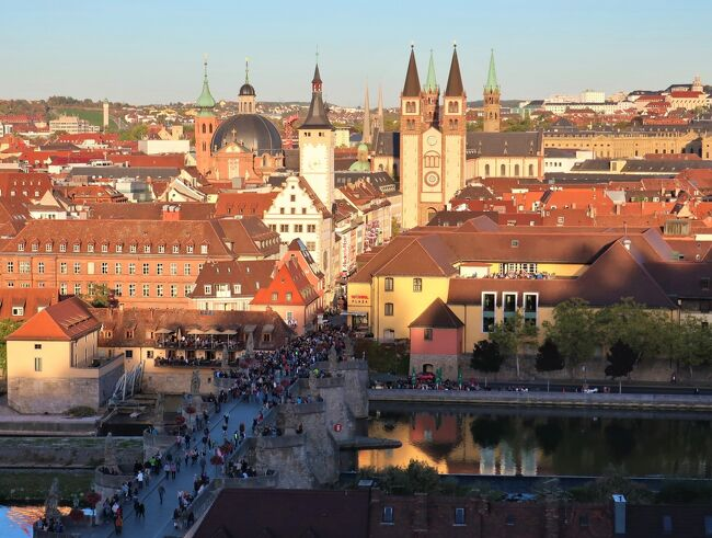 9月から再びドイツに滞在しています。<br /><br />---Reiseplan---<br /><br />□9/29 <br /><München(ミュンヘン)-Oktoberfest 2018-><br />ミュンヘンで開催されているオクトーバーフェストに行ってきました。<br /><br />Nürnberg泊「Motel One Nürnberg Plärrer」:EUR 69.00<br /><br />■9/30<br /><Nürnberg(ニュルンベルク)> <br />ミュンヘンのホテルが余りにも高騰したので、急遽人生3度目ニュルンベルク入りになりました。何度訪れても飽きることのない町並みです。<br /><br /><Würzburg(ヴュルツブルク)><br />ロマンチック街道の起点でもあるヴュルツブルク。<br />マリエンベルク要塞からの眺めが一目見たく途中下車しました。<br />-----------------<br /><br />German Rail Pass(FLEXI 4days/1month):EUR 215.00<br /><br />---------------------------<br />※ニュルンベルクに関しては、下記旅行記にても取り上げています<br /><br />◆「ドイツ エルツ山地のクリスマスとシュトレン祭【2】(ニュルンベルク/アンナベルク・ブッフホルツ)」<br />https://4travel.jp/travelogue/11195714<br /><br />◆「ドイツ・オーストリア クリスマスマーケットを巡る旅<前篇>」<br />https://4travel.jp/travelogue/11128866