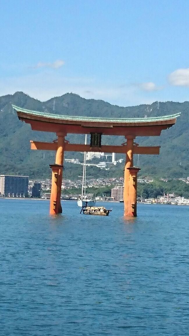 JALのマイレージどこかにマイルを利用して2泊3日、羽田から広島へ向かいました。<br />第4希望まで選べ、そこからはJALの連絡を待って決まります。<br />行きたいところは選べないし、マイルも消えるので4択を選ぶのにかなりの時間がかかりました。<br />名古屋から羽田は新幹線と京急を利用し、広島へJALで行き、帰りもこのパターンです。<br />広島に到着して高速バスで平和通り線というバスがあるので、これでホテルまで直行できました。<br />ホテルから徒歩圏内に県民が通う広島焼のお店へ夕食に。<br />豚玉そば入りにかきをトッピングして、瀬戸田レモン使用に酎ハイ瓶をオーダーしてレモン風味が香る酎ハイも美味しく頂きました。<br />街中はカープ優勝で賑わっていて、商店街を散策してホテルに戻りました。<br />ホテルでは午後9時半に夜鳴きそばが食べられ、大浴場も完備されているのでゆったりと過ごせました。<br />朝食には穴子めし、オムレツはオーダーすると作ってくれるので明太子入りを頂き、青のりの佃煮が美味しかった。<br />2日目は呉へと足を運びました。<br />ホテルから広島駅までは送迎があるので、駅からJRで呉へ。<br />呉ではクジラ館が無料で見学ができ、潜水艦の中の様子も見学できます。<br />これはいい体験ができ、説明も聞くことが出来ました。<br />余談ですが2日後に潜水艦のカレーの話をテレビで見てうなずいてしまいました。<br />呉から高速船を利用して、広島港、宮島へと船旅をしました。<br />船内でもカープ優勝で、コーヒーが50円引きで飲むことが出来ました。<br />宮島では鹿がお出迎えで、食べ物を食べている人々に近づいていました。<br />晴天の良い日に宮島で、厳島神社もゆっくりと拝観できました。<br />帰りは宮島名物もみじ饅頭をここからは出ていない店の出来立てを購入しました。<br />最近ではどこのデパ地下でも購入できるようになったので、貴重なもみじ饅頭は5日間の賞味です。<br />広島市内へは広電で向かい、ホテルで休憩してから原爆ドームへ徒歩で向かいました。<br />2回目の原爆ドームですが、今回は時間もあったのでゆっくりと過ごしました。<br />2日目のホテルは高層階でした。<br />朝食には広島焼があり、これはかなりの量を食べました。<br />こちらは広島の華味卵のゆで卵、呉のがんすを私は味わい、カレーが人気というので頂きました。<br />青のりの佃煮はしょっぱさが強かったので、前日のホテルの方が私のお気に入りでした。<br />台風が接近しているということで、大雨なのでホテル近くから空港へ直結している高速バスで早目に空港へ向かいました。<br />空港でお土産を購入したり、ランチをして検査場に早めに通りテレビを見て搭乗までを過ごしました。<br />羽田から娘宅で1泊して翌日の午後4時過ぎの新幹線を予約していました。<br />ところが夜に翌日の9時33分で新幹線は運休になるというのを知り、6時頃には東京駅へ向かいました。<br />東京駅では当日券に行列していて、6時43分の新大阪行きの指定が取れて名古屋へ戻りました。