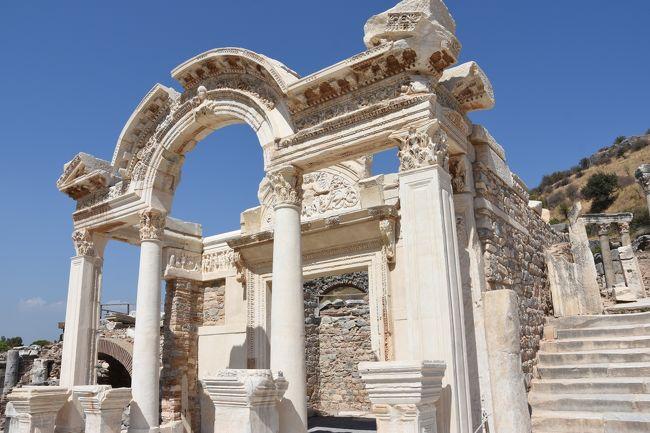 阪急交通社の「行っとく!トルコ大周遊10日間」のツアー4日目。<br />アイワルクのグランドテミゼルホテルを出発し4日目はエフェソス遺跡を見学してパムッカレへ移動します。<br /><br />今回のトルコツアーでは、他の観光都市はなんらかの知識があり行きたいなーと思っていたのですが、このエフェソスは全くのノーマークでした。正直期待していなかったのですが、訪れてみてこれはビックリ。<br />ほとんど崩れていて柱や建物の一部だけが残っているのですが、復元しつつある道を歩き古代都市を見下ろしながら歩くクレテス通りが美しかったです。<br />