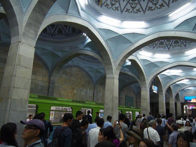 旅の最終は首都タシケント。バザール、地下鉄乗車、工芸博物館、日本人にゆかりのあるナヴォイ劇場の観光。地下鉄は、中央アジアではウズベキスタンにしかないそうで、力が入ってます。装飾もきれいでした。<br />