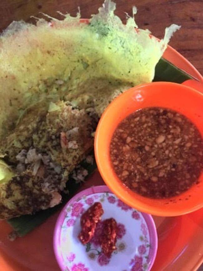 🔵アンコールワットには高級レストランやホテルが多いですがワットボー付近にある、おすすめ屋台でのカンボジアのバンチョウなどの料理を紹介いたします。<br />⚫️ワットボーエリアの屋台は午前11時30分から午後6時まで屋台の店がオープンになります。<br />⚫️カンボジア料理のおすすめはチャイヨーと言う日本語で焼き春巻きが美味しいです。<br />ニームと言う生春巻きもあります。<br />バンチョウと言うのはベトナム風の料理です。生野菜と食べるので日本人は生野菜を食べない方が良いと思います。<br />⚫️お値段は$0.50 からです。