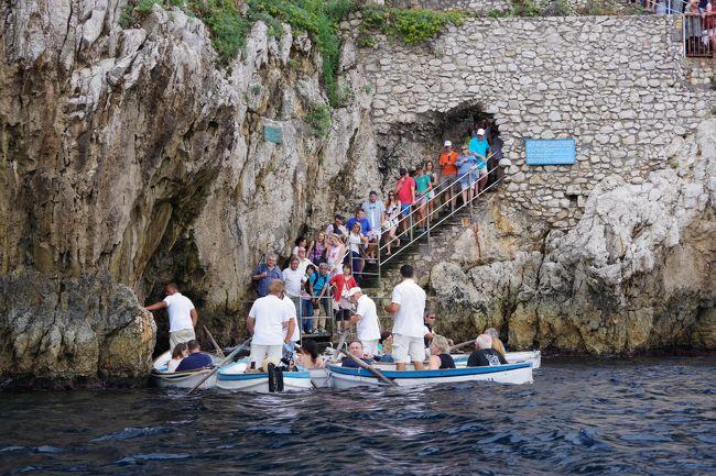 南イタリア2日目は、ナポリ市内を車窓見学しながら、カプリ島行きの高速船乗り場へと。<br /><br />予定していた船に乗り遅れて港で少々時間待ち。<br /><br />カプリ島に直後、まず洞窟へと。<br /><br />お天気が良くて沢山の観光客が小舟に乗って洞窟への入場待ちでした。<br />