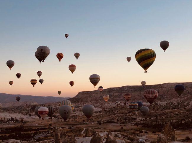 ずっと行ってみてかったトルコへ一人旅。<br />現地で旅の仲間を作ってご飯食べたり、絶景見たり、たくさん空飛んでハードな旅行日程でした。<br /><br />ちょうどトルコリラの相場が下がっており、お金的な意味では、時期的にも良いタイミング。<br />絶景のカッパドキア、世界の東西文化が融合するイスタンブール、空飛んだパムッカレなど、楽しい旅でした。<br />世界は広い!<br /><br />日程は下記。<br /><br />9月19日:成田出発→アブダビ到着(空港泊)<br />9月20日:アブダビ出発→イスタンブール→カッパドキアへ移動<br />9月21日:カッパドキア観光<br />9月22日:カッパドキア観光→イスタンブールへ移動 <br />9月23日:イスタンブール観光<br />9月24日:イスタンブール観光<br />9月25日:イスタンブール→パムッカレ観光→イスタンブール(日帰り)<br />9月26日:イスタンブール出発→アブダビ→成田<br />9月27日:アブダビ到着