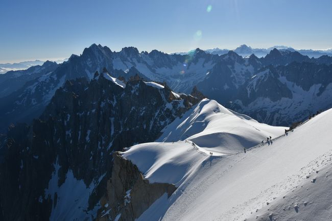 スイス(6) ツェルマット周辺からの続きです。<br />70歳未満の私が高山病にならないうちに3000m以上の展望台でアルプスの3大名峰アイガ-,マッタ-ホルン,モンブランを見に行く旅を計画し、天候に恵まれ3つの名峰を見ることができました。<br /><br />7月6日(金) 午後<br />スイスのサン・レオナ-ル地底湖を見た後、サン・レオナ-ルからシオンへ手荷物をピックアップした。<br />マルティニからモンブランエキスプレスでヴァロルシーヌ経由でシャモニ-へ、この路線はテレビ朝日「 世界の車窓 2007年2月6日」で放映されました。<br /><br />7月7日(土)午前 <br />1. エギ-ユ・デュ・ミディ展望台3842mからモンブランははっきり見え   遠くのマッタ-ホルンも見えました。高山病の兆候は有りませんでした。<br />2. グランモンテ展望台 3297mは人が少なく尖った山々と氷河が間近に見られました。<br /><br />7月6日 ル-ト<br />サン・レオナ-ル→鉄道(CFF)シオン・マルティニ経由→ヴェロシン乗換→鉄道(SNCF)→シャモニ- エギ-ユ・デュ・ミディ<br /><br />7月7日 午前<br />ル-ト<br />1.ホテル→(徒歩)→シャモニ-ロープウェイ駅1035m→(ロープウェイ:プラン・ド・アギ-ユ駅  2317m経由)→エギ-ユ・デ  ュ・ミディ ロープウェイ駅 3777m(富士山と同じ標高)往復<br /><br />2.シャモニ- ロープウェイ駅→(徒歩)→シャモニ-エギ-ユ・ミディ駅→鉄道(SNCF)→アルジャンティエール駅→(徒歩)→グランモンテ麓ロープウェイ駅→(ロープウェイ・ロニャン経由)→グランモンテ山ロープウェイ駅 3297m→(徒歩)→アルジャンティエ -ル駅<br /><br />□花とスイス(1) &lt;快晴&gt; 美しい街 ベルン<br />    https://4travel.jp/travelogue/11382933<br />□花とスイス(2)ユングフラウ周辺 <晴れ> ユングフラウヨッホ他<br />    https://4travel.jp/travelogue/11392864<br />□花とスイス(3)ユングフラウ周辺 &lt;晴れのち曇り&gt;  メンリッヒェン他<br />    https://4travel.jp/travelogue/11403386<br />□花とスイス(4)ユングフラウ周辺 <小雨のち曇り> フィルスト他<br />    https://4travel.jp/travelogue/11403803<br />□花とスイス(5)ツェルマット周辺 &lt;晴れ時々曇り&gt; シュテリ湖他<br />   https://4travel.jp/travelogue/11408265<br />□花とスイス(6)ツェルマット周辺 &lt;曇り一時雨&gt; リッフェルアルプ他<br />   https://4travel.jp/travelogue/11408284<br />■フランス シャモニ-(1)&lt;晴れ&gt; ・エギ-ユ・デュ・ミデイ展望台他<br />   https://4travel.jp/travelogue/11411452<br />□フランス シャモニ-(2) &amp;スイス(7)&lt;晴れ&gt; モンタンヴェ-ル展望台<br />   https://4travel.jp/travelogue/11413830<br /><br /><br />