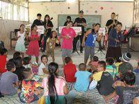 タイ/メーソート:ミャンマー国境〜楽器を抱えて子どもたちが待つ難民村の小学校へ