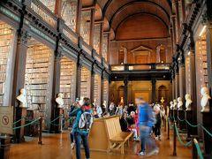 ダブリン大学のトリニティー・カレッジで旧図書館を見学