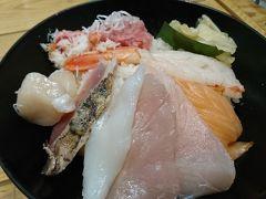 豊洲市場のレストランは、満席でしたので築地に戻ってきました。