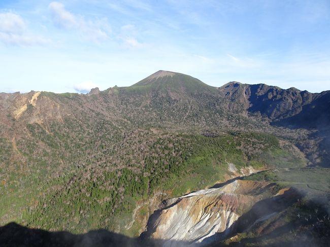 土日で日本百名山の岩手山と八幡平に登ってきました。<br />当初は岩手山と八幡平を別々に登るつもりでしたが、一旦盛岡に戻らなければならず、バスの本数も少ない。調べていると裏岩手縦走路で縦走できることが分かったので、避難小屋の三ツ石山荘に泊まって1泊2日で縦走することに。紅葉にも期待していましたが、残念ながら既に見頃は過ぎていました。<br /><br />岩手県に滞在していた時間の方が長いですが(大深岳~八幡平は概ね県境上)、初めて秋田県を訪れたので、残る未訪問県は山形県のみ。<br /><br /><行程><br />仙台7:06→盛岡8:20(東北新幹線)<br />盛岡駅9:00→御神坂駐車場9:51(岩手県交通バス)<br />御神坂登山口9:57-12:37岩手山12:48-14:42黒倉山14:52-15:14姥倉山-15:55犬倉山-16:49大松倉山-17:06三ツ石山荘(泊)5:14-5:36三ツ石山5:43-6:21小畚山-6:58大深岳7:01-7:19大深山荘-7:49嶮岨森-8:16前諸桧-8:49諸桧岳8:57-9:33畚岳9:37-9:53裏岩手縦走路入口-10:05八幡平山頂レストハウス10:15-10:45源太森10:48-11:12八幡平11:14-12:37蒸ノ湯温泉13:47-14:26八幡平ビジターセンター(登山)<br />大沼温泉15:31→田沢湖駅17:19(羽後交通バス)<br /><br /><日本百名山登山記録><br />https://4travel.jp/travelogue/11346539