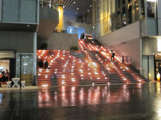 旧東横線渋谷駅のホームおよび線路跡地に先月13日にオープンした渋谷駅直結のカフェ&レストラン、ホテル、オフィス、ホール、 水辺の広場等からなる複合施設である「渋谷ストリーム」に行ってみました。<br />表紙は1階から2階につながる大階段<br />