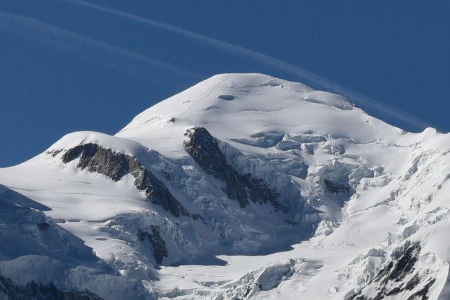 フランス シャモニ-(1)からの続きです。<br /><br />70歳未満の私が高山病にならないうちに3000m以上の展望台でアルプスの3大名峰アイガ-,マッタ-ホルン,モンブランを見に行く旅を計画し、天候に恵まれ3つの名峰を見ることができました。<br /><br />7月7日 午後 <br />3.モンタンヴェ-ル展望台では長い滝が見えました。<br />  メール ド グラス氷河の氷河宮殿往復の階段の上り下りは大変でした。  <br /><br />7月8日 午前 <br />ブレヴァン展望台2525 mではモンブラン4810mは麓から見え高さを実感できました。<br /><br />7月8日 午後 <br />バスでジュネ-ブへ移動しレマン湖の遊覧船に乗りました。<br />大噴水は止まっていたようです。<br />ロ-ザンヌに宿泊<br /><br />7月9日午前 <br />長旅で疲れたのとホテルが快適だったので外出せず部屋で過しました。<br />部屋からはノートルダム大聖堂が見えました。<br /><br />7月9日午後 <br />ジュネ-ブ空港からデュセルドルフ空港経由で成田空港へ向いました。<br /><br />ル-ト<br />7月7日 午後 <br />3.アルジャンティエール駅→鉄道(SNCF)→シャモニ-駅→(徒歩)→シャモニ-登山鉄道駅→(モンタンヴェール鉄道)→モンタンヴェール登山鉄道駅 →(モンタンヴェール鉄道)→シャモニ-登山鉄道駅<br /><br />7月8日 午前 <br />ホテル→(徒歩)→シャモニ-テレキャビン駅1035m→(テレキャビン)→<br />プランプラ駅 2000m経由→(ロープウェイ)→ブレヴァン 2525m 往復<br /><br />7月8日 午後 <br />ホテル→(徒歩)→シャモニ-SUDバスタ-ミナル(Bus - Chamonix Sud)→<br />(バス Felix Bus)→ジュネ-ブ バスタ-ミナルGeneva (central bus station)→(徒歩)→レマン湖遊覧船乗り場→(徒歩)→ジュネ-ブ CFF駅→(鉄道)→ロ-ザンヌCFF駅→(タクシ-)→ホテル<br /><br />7月9日 午前<br />ホテル→(タクシ-)→ロ-ザンヌ駅→(鉄道)→ジュネ-ブ 空港CFF駅<br /><br />7月9日 午後 <br />ジュネ-ブ 空港→(飛行機ユ-ロウイングス)→ドイツ デュッセルドルフ空港→(飛行機 ANA)→成田空港<br /><br />□花とスイス(1) &lt;快晴&gt; 美しい街 ベルン<br />    https://4travel.jp/travelogue/11382933<br />□花とスイス(2)ユングフラウ周辺 <晴れ> ユングフラウヨッホ他<br />    https://4travel.jp/travelogue/11392864<br />□花とスイス(3)ユングフラウ周辺 &lt;晴れのち曇り&gt;  メンリッヒェン他<br />    https://4travel.jp/travelogue/11403386<br />□花とスイス(4)ユングフラウ周辺 <小雨のち曇り> フィルスト他<br />    https://4travel.jp/travelogue/11403803<br />□花とスイス(5)ツェルマット周辺 &lt;晴れ時々曇り&gt; シュテリ湖他<br />   https://4travel.jp/travelogue/11408265<br />□花とスイス(6)ツェルマット周辺 &lt;曇り一時雨&gt; リッフェルアルプ他<br />   https://4travel.jp/travelogue/11408284<br />□フランス シャモニ-(1)&lt;晴れ&gt; ・エギ-ユ・デュ・ミデイ展望台他<br />   https://4travel.jp/travelogue/11411452<br />■フランス シャモニ-(2) &amp;スイス(7)&lt;晴れ&gt; モンタンヴェ-ル展望台<br /><br /><br /><br />