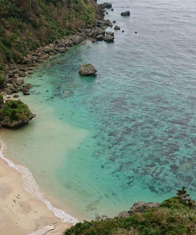 6月に行くはずだった「石垣島」が台風でキャンセル。<br />石垣に行こうとしたら台風が来るので、<br />ちょっと本島の聖域巡りで厄落としでもしようかな?<br />しかし、夫の「絶対離島」という強い意志を尊重して、<br />車で行ける離島「浜比嘉島」へ。<br />神々が住む島。浜比嘉島は島全体が琉球文化の聖域。<br />ここでのんびり癒されて、ついでに悪天候の厄も落としたい・・。<br /><br />ところが、4日間ずっと雨に思いがけない低温。<br />2年ぶりの沖縄本島は真冬より寒かった。<br /><br />まずは、10月6日から一般車両通行が始まった「関空連絡橋」を渡って関空へ。<br />そんな4日間ずっと雨の旅行記の始まりです<br /><br />