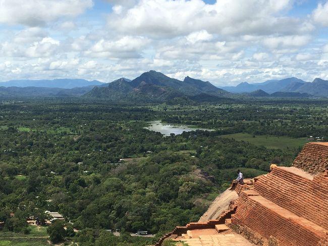 スリランカ旅行記2日目。<br />2日目はシギリヤロックに登る以外はのんびりがテーマでした。<br /><br />30代で海外旅行に目覚めました。11ヶ国目のスリランカ。今回は初の一人旅、女、35歳、英語はカタコト。現地滞在3泊4日。