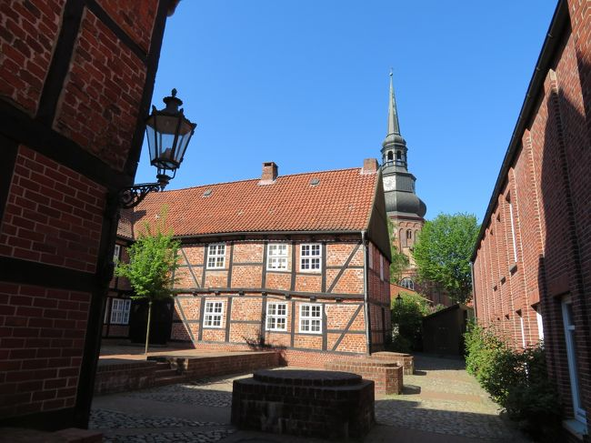 2018年5月9日(水)Stade シュターデ 表紙のフォトは Johanniskloster ヨハニス修道院前の路地です。ここからの眺めがとても素敵だったので表紙にしました。教会の塔が見ますが、こちらは ST. COSMAE-NICOLAI<br />聖コスマエ・エト・ダミアニ教会です。<br />※ Johanniskloster ヨハニス修道院前にあるエッガース氏作 Lesende Monch 読書する修道士の像がちょっと怪しい感じで格好良かったです。<br /><br /><br />