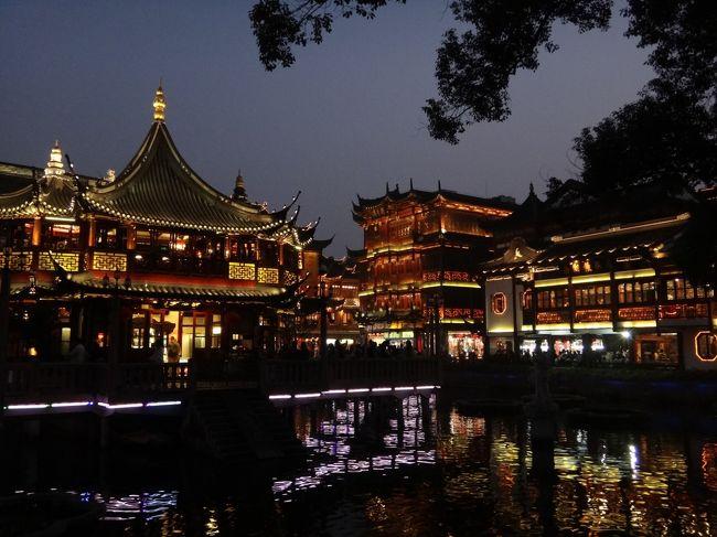 去年初めて行った上海に、2年連続で行くことが出来ました。<br />前回は寒かったり万博で不便だったりが重なり、殆ど観光が出来ませんでした。<br />メインは10月15日のお仕事ミーティングですが、前日の午後で思い切り観光しました。<br />同行者が年齢の近い日本人女性だったのもあって、短い時間でしたが楽しめました。<br />バンコク&ホーチミンは殆ど写真を撮っていなかったので、旅行記は上海がメインです。<br /><br />9月24日 バンコク到着 バンコク泊<br />9月25日 バンコク散策 バンコク泊<br />9月26日 ホーチミンに移動 ホーチミン泊<br />9月27日-10月13日 ホーチミン泊<br />10月14日 上海へ移動 豫園・外灘 上海泊<br />10月15日 終日仕事 上海泊<br />10月16日 ホーチミンへ移動 ホーチミン泊<br /><br />☆2011年の旅行ですが、2018年に旅行記を作成しました。「当時は…」「今では…」などの記載があるのは、その為です。