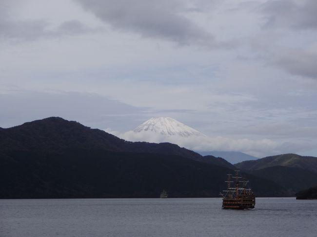 団体旅行に参加しました。大昔の学校行事以来かも・・・<br />黙って(うるさいほどしゃべって?)座っていれば、食べる物も飲むものも・・・ご案内までしてもらえる<br />これぞ大名旅行♪楽しい二日間でした。<br />富士山はもう雪化粧☆です。<br />