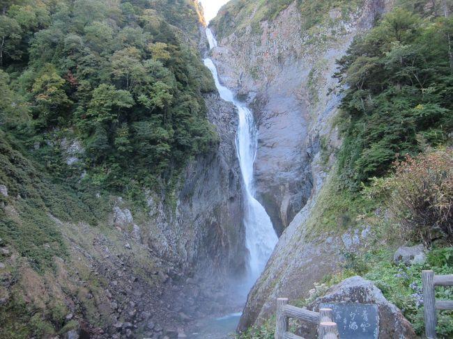 富山県の立山駅から紅葉の弥陀が原と称名滝を楽しんできました。<br />台風到来により不安定なお天気の中、3泊4日の旅の始まりでしたが、なんとかお天気が大きく崩れることなく、絶景を楽しむことが出来ました。<br /><br />2日目<br />予定ではサクッと称名滝を見て、黒部峡谷のトロッコ列車に乗ろうと思っていましたが、何故か上からも称名滝を見たくなり、普通のスニーカーで八郎坂を登って、紅葉の弘法付近を散策、またまた八郎坂を下るというヘトヘトで無謀な1日になってしまいました。