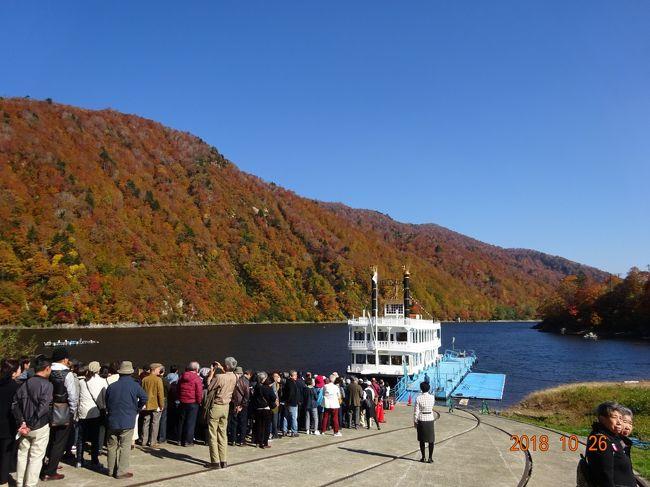 錦秋の奥越後 秋彩めぐり 2日間というツアーに夫婦で行ってきました。紅葉が最盛期の奥只見湖、八海山、そして苗場の空中遊覧をメインとする二日間の旅でしたが、初日は快晴、二日目は荒れ模様の天気予報がほぼ曇天のまま推移するという幸運にも恵まれ、まさに錦秋の奥越後路を満喫することができました。<br />初日は8時過ぎの上越新幹線で越後湯沢に。そこからバスで奥只見湖に向かい、遊覧船で40分ほど湖畔を華麗に彩る紅葉を愛でることができました。スタートは奥只見乗船場、ここからファンタジア号で銀山平に向けて出発。ブナをはじめとする木々が赤や黄色などさまざまに色づき、ところどころ常緑樹の緑も混ざり、湖の周囲を色鮮やかに染め上げています。景色に見とれているうちにあっという間に船着き場に、といった感じでした。<br />下船後はバスで八海山に向かい、ロープウェイで山頂に。残念ながらこの頃は雲が出始め、晴天なら望めるという佐渡島などを見ることはできませんでしたが、展望台からの360度のパノラマはこれまた素晴らしく、以前、バイキング同好会で目指した八海山を間近に眺めて懐かしさも込み上げてきました。ただ、シーズン真っ盛りでやむを得ないとはいえ多くの観光客(観光バス)でごった返し、ロープウェイに乗るまでの長い待ち時間には閉口しましたが。<br />宿泊は南魚沼樺野沢温泉のホテルグリーンプラザ上越。温泉や食事はそれなりに満足でしたが、3棟が連なっている建物で以上に横に長く、館内もクネクネと迷路のような構造にはやや戸惑いを覚えました。<br />2日目のメインは田代ロープウェイと全長5.5キロで日本最長という苗場ドラゴンドラによる空中遊覧。曇天で時々ガスが沸き上がってきますが、ほぼ視界は良好で、眼下あるいは周囲の山々の紅葉はこれまた素晴らしく、これだけでも今回の旅の目的は達せられたと言っても過言ではないくらいでした。ここでも、ロープウェイに乗るまでに1時間も待たされたのですが、そんな我慢も十分お釣りが来ると言っても良いような空中からの景観でした。<br />その後は時折霧雨が降るような天気になりましたが、三国(ミグリ)ダム、奥五十沢渓谷、十字峡親水公園を回って越後湯沢から新幹線で東京駅に戻ってきました。<br />今回のハイライトは、なんと言っても奥只見湖の湖上遊覧とドラゴンドラからの空中遊覧による真っ盛りの紅葉を満喫できたことです。この時期だからこその景観をたっぷりと楽しめたこと、滅多に出会えないような経験ができました。