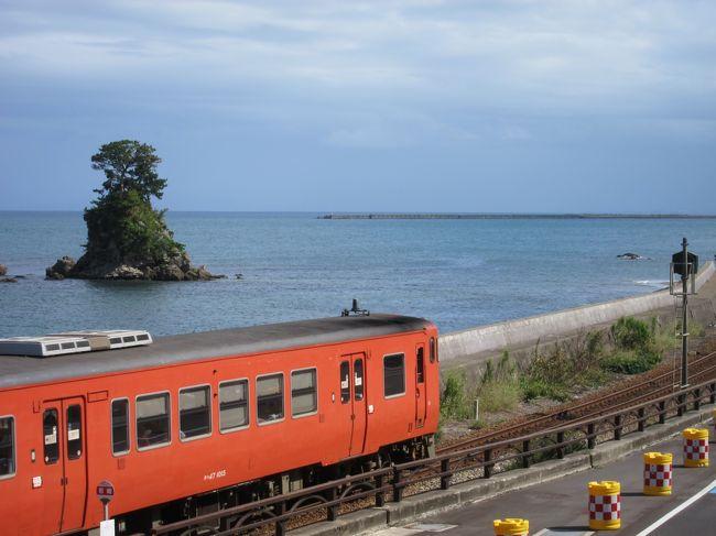 """富山県の立山駅から紅葉の弥陀が原と称名滝を楽しんできました。<br />台風到来により不安定なお天気の中、3泊4日の旅の始まりでしたが、なんとかお天気が大きく崩れることなく、絶景を楽しむことが出来ました。<br /><br />3日目<br />富山駅周辺をサクッと観光してから""""雨晴海岸""""へ。<br />残念ながら海越しの立山連峰は見れませんでしたが、氷見線の電車と海岸線との景色を楽しみ、<br />氷見漁港でお寿司を食べて、国宝""""瑞龍寺""""を訪れて、長野県へ移動しました。"""