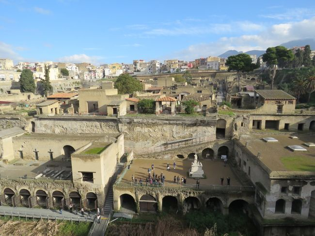 イタリア南部、カンパニア州ナポリ県の町であるエルコラーノを訪れました。といっても、訪れたのは世界遺産の「ヘルクラネウムの遺跡」です。<br />★レンタカーで立ち寄り、コンパクトな遺跡をじっくりと観光。