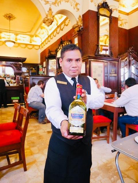 皆様こんにちは!ウォータースポーツカンクンの店長吉田です。ここの所、カンクンに来るにあたってのお役立ち情報?!的なブログが続いているけれど、先日、予告したおススメテキーラのお話を今日はご紹介することにします。<br /><br />メキシコに行って、メキシコのビールいろいろ試してみたいけど、どれを選んだらいいだろう? テキーラをお土産にしたいけれど、どれがいいんだろう?! そんな迷える旅行者の方に捧げます。カンクン在住15年の店長吉田がお答えします。<br /><br /><br />Q:カンクンに行くのですが、おすすめのビール。また、テキーラをお土産にしたいのですが、どれが良いのか? その他、店長さんのおすすめを是非教えてください。<br /><br />A:先日、弊社の常連のお客様が、ネットでウォータースポーツカンクンの店長吉田さんはどんな方ですか? という質問をしたら、タダののん兵衛です。。という回答が上がったと笑っていましたが、この質問、、、まさにのん兵衛の店長吉田にピッタリの質問ではないですか?! (苦笑)<br /><br />さて、メキシコのビールはホップをあまり使用しないので、苦みがなく軽めのものが多いと言われます。また、国土が日本の4.8倍もあるメキシコでは、地域によって気候も風土も大きく異なりますので、当然、好まれるビールの味も異なるという傾向があります。<br /><br />例えば、カンクンのあるキンタナロー州は、南部サバナ気候帯に位置しますので高温多湿のエリアです。こういう場所では、当然のど越しさわやかで水のように、すっきり飲めるライトなビールが好まれますし、メキシコシティのような大都会では、チランゴと呼ばれるシティボーイはブランドを重視するので、コロナのようなブランド力のあるビールが人気です。また、北部国境地帯のヌエボレオンやソノラ州といった砂漠地帯では、乾燥をするのと、寒暖の差が激しいので、食事にあわせたホップのそこそこ効いた濃い目のビールが好まれる。<br /><br />ブランドで分けると<br /><br />キンタナロー州なら、SOLが大人気。メキシカンビールでは最も軽い部類に入るビールです。他のブランドでもLIGHT系が好まれます。TECATE LIGHT, COLONA LIGHTなど。ただし、何故か、MODELO LIGHTは不人気です(笑)<br /><br />メキシコシティなど中央高原エリアは、COLONAとMODELOが二大勢力。コロナ好きとモデロ好きで常に喧々諤々やっています。この二つのどちらかを好むメキシコ人は、まず間違いなくチランゴであると思って間違いありません(笑)<br /><br />そして、北部国境エリアでの人気は、TECATEとINDIOが人気。INDIOはダークビールですね。ピルスナのメキシコビールの中では最も重めのビールです。その他にもBOHEMIA OSCULA(ボヘミアの黒ビール)なども人気です。重たいビールを好まない方は、TECATEを飲みます。<br /><br />このTECATEを好むメキシコ人は、ノルテーニョ(北部出身者)が多いです。ノルテーニョの特徴?!それは、服装にあります。カウボーイスタイルが定番ですが、カンクンでそんな恰好していたら目立つので、皆地味にしていますが、服装のセンスがノルテーニョは全然違うのですぐわかる。<br /><br />柄物に柄物を合わせるファッションセンスが北部の特徴だからです。まぁ、最近の若い人はそういうことはないかなぁ。。。ただ、カウボーイハットをかぶっていたら、ノルテーニョで間違いないですね。チャーロというカウボーイのロープによる曲芸がとても美しい伝統の街。ちなみに、カウボーイブーツも、カウボーイハットも、全てメキシコが発祥です。皆さん、アメリカ中西部と思っている方おおいですが、ジーンズも含めて全てメキシコが発祥なんですよ。ブーツはサボテンの多いノルテの砂漠で足を保護するために生まれたブーツです。<br /><br />さて、カンクンはメキシコでも人種のるつぼです。メキシコ各地からやってきているので、バーやレストランに行ったら、是非注文しているビールを観察してみてください。<br /><br />ちょっとスペイン語が分かる人なら、イントネーションも違う訛りというものもあるので、ビールを見ながら、発音を聞いて違いを勉強する?!のも面白いかもしれませんね。<br /><br />さて、続いてはテキーラのお話ですね。<br /><br />おススメのテキーラ。これは沢山あります。何せ、ハリスコ州が指定するCRT(テキーラ規制委員会)の認定が入った銘柄だけで1365種類。この認定外のものを入れると1650種類以上の