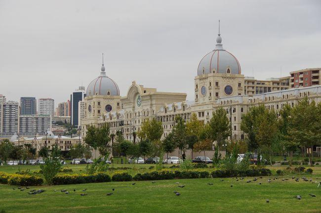 「コーカサス3国」は、カスピ海と黒海に挟まれた旧ソ連の国々です。<br />アゼルバイジャン共和国・ジョージア(グルジア)・アルメニアの3ヶ国を訪れました。<br /> 3回目は、アゼルバイジャンの首都バクーの半日自由行動で、路線バスと地下鉄に乗り、中心街と旧市街を歩き回った様子を紹介します。<br />バクー市内の公共交通機関は、バクーカードというチャージ式のカードでのみ精算できます。<br />その時に出会った親切なアゼリーたちとの交流。これが、自由行動の楽しさです。<br />旧市街は城壁に囲まれた迷路。入り組んだ、先の見通せない道をふらふら歩く。<br />まだ観光客が押し寄せる前の静かな時間でした。城門から出て、近くの繁華街ニザミ通りへ。<br />広くて綺麗な通りのカフェでスイーツをテイクアウト。これが安くて美味しい!<br />半日ではなくて、一日だったらいいのに。午後はツアーでの市内観光。それは次回にて。<br />