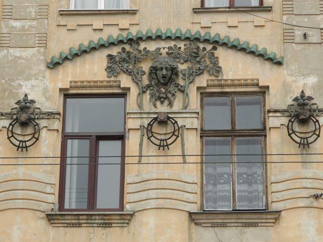6月29日この日は一日リヴィウ街歩きです。<br />雨に降られながらアール・ヌーヴォー建築を見て歩き、夕方にホテル(前日から宿泊のジョルジュ・ホテル)に戻った後、旅行出発頃から調子が悪かった胃腸が食べ物を受け付けない程に悪化。「一人旅」だし「明日はチェルニフツィに長時間移動&明後日はキエフへの長距離移動」なので大事をとって病院に行く事にしました。ホテルフロントで近くの病院を尋ねると、この日は祝日・憲法記念日の翌日なので(??)公立の病院は休みとの事。ホテルのドアマンが私立のクリニック「St. Paraskeva Medical Center」をおしえてくれて、タクシーも呼んでくれ、英語を話さないドライバーに行き先も伝えてくれました。ドアマンは、「St. Paraskevaは開いていると思うが、もし休業なら他のクリニックを探してくれるように」とドライバーに頼んでもくれました。幸い、St. Paraskevaは受付しており、英語を話すスタッフが診察に付き添ってくれて医師との通訳をしてくれました。3種類の薬を処方してもらい、前の建物の調剤薬局(ここら辺のシステムは日本と同じなので、逆に「へぇー」と面白がる)で購入。でも薬のうちのひとつは、容器も色・質感も学校で使う工作用糊のようで、スプーンですくってお湯に溶かして飲むもの。まずかったです。診察に付き添ってくれたSt. Paraskevaのスタッフには薬の飲み方をおしえてもらい(薬の飲み方もウクライナ語で書かれているので数字しかわからない。6時間ごとに2錠と、毎食後に1錠と、1日2回大匙1杯を湯に溶かすものとあり、結構ややこしい。スキャンして後掲しようと思いましたが、ウクライナ語がわからないため、個人情報が書かれているといけませんのでやめました)、ホテルへのタクシーも呼んでもらいました。<br />リヴィウの皆さんにお世話になりました。<br /><br />〈旅の予定〉<br />6月27日関空→ヘルシンキ→ワルシャワ<br />6月28日ワルシャワ→リヴィウ<br />6月29日リヴィウ<br />6月30日リヴィウ→Ivano-Frankivsk→チェルニフツィ<br />7月 1日チェルニフツィ→キエフ<br />7月 2日キエフ<br />7月3・4日キエフ→ヘルシンキ→関空<br /><br />