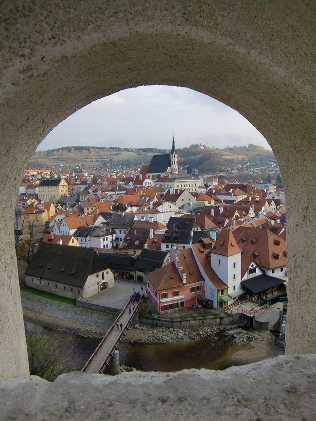 まったくもってノーマークだったチェコへ。その理由はただただ航空券が安かったから。<br />この日もStudent Agencyバスに乗車、チェスキークルムロフへ。冬季期間はお城内部がクローズされていますが(泣)それでも景色と街歩きを楽しみました。