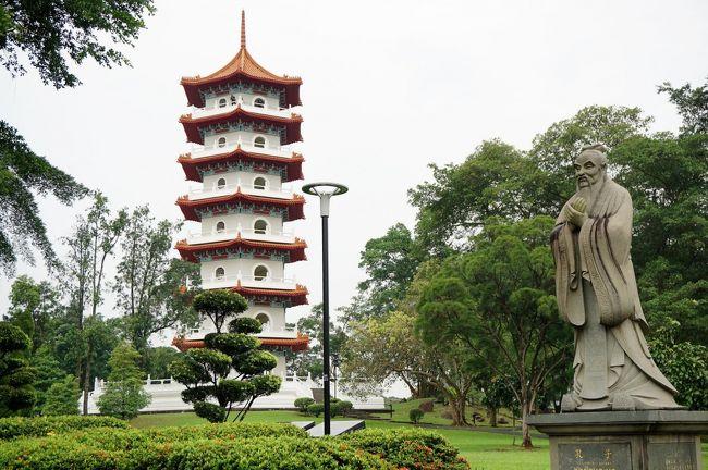2018年9月18日(火)<br /><br />4泊5日のシンガポール旅行、2日目。<br />「アジア文明博物館」の見学の後は、ナショナル・ギャラリーへ。<br />絵画鑑賞後、素敵なレストランでプラナカン料理のランチ!<br /><br />午前中、博物館を見学していた時から違和感を感じていた左肩。<br />ひどい肩こりが原因で、バッグのショルダーストラップが触れただけでも痛くなってしまう…。<br />痛み止めを飲もうと、いったんホテルに戻りました。<br /><br />これって休めってこと?<br />思ったけれど、中秋の時期のチャイニーズ・ガーデンは特別らしい。<br />夕方、郊外にある庭園に出かけました。<br /><br />(旅行期間:2018年9月17日~9月21日)