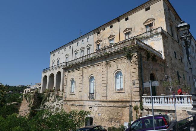 6月12日-7月9日の25泊27日、南イタリアへ行きました♪<br />観光・グルメ・海水浴をたっぷりと楽しんできました♪<br /><br />☆Vol.530:第19日目(7月1日)ヴァストVasto(キエーティ県)♪<br />ヴァストはアドリア海岸から断崖上に広がる町。<br />旧市街への入り口に当たる「Piazza Gabriele Rossetti」→ヴァスト城「Castello Caldoresco」→「Piazza Barbacani」→「Piazza L.V.Pudente」→「Via Vescovado」→「Piazza Caprioli」→「Chiesa di Maria Santissima del Carmine」→「Via Barbarotta」→「Via Adriatica」。<br />「Via Adriatica」は断崖に沿った通りでいわゆるプロムナードで歩行者天国の展望通り。<br />青いアドリア海が視界いっぱいに広がり、素晴らしい。<br />絶景を堪能したら、<br />背後にある立派な宮殿「Palazzo D&#39;Avalos」。<br />ヴァスト観光のハイライトらしいので、<br />宮殿へ向かって歩く。<br />「Via Adriatica」から「Piazza L.V.Pudente」へ向かいながら、<br />周囲の美しい中世時代の景観を楽しむ。<br />右手にヴァスト大聖堂がみえてくる。<br />シンプルながらも美しい。<br />左手にPalazzo D&#39;Avalosの城門がみえてくる。<br />ゆったりと眺めて♪