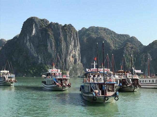 2018/11/2~5まで 初ベトナム「全日空で<br />行く!ぶっ飛びベトナム ハノイ・ハロン湾<br />(4日間)」ツアーに、友人3人で参加しました。<br />今回も「晴れ女」パワーを発揮!(^o^)v<br />4日間ともいいお天気で、とても楽しい旅行になりました。<br /><br />旅行日程は、<br />1日目 羽田空港→ハノイ(ノイバイ空港)<br />    →ハロン湾泊(ほぼ1日移動のみ)<br />2日目 ハロン湾クルーズ→ハノイ→市内観光<br />    →ハノイ泊<br />3日目 ハノイ→チャンアンクルーズ→ホア<br />    ルー観光→夜?自由行動→ハノイ泊<br />4日目 午前中?自由行動→ハノイ→羽田<br /><br />上記の観光と食事(3日目の夜と4日目の昼以外)が旅行代金に含まれている、いわゆる「お任せツアー」です♪(^o^)