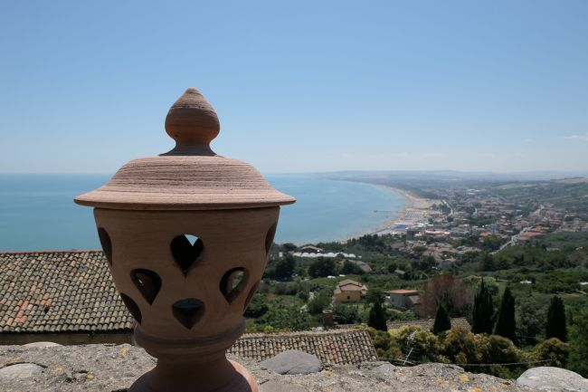 6月12日-7月9日の25泊27日、南イタリアへ行きました♪<br />観光・グルメ・海水浴をたっぷりと楽しんできました♪<br /><br />☆Vol.533:第19日目(7月1日)ヴァストVasto(キエーティ県)♪<br />ヴァストはアドリア海岸から断崖上に広がる町。<br />旧市街への入り口に当たる「Piazza Gabriele Rossetti」→ヴァスト城「Castello Caldoresco」→「Piazza Barbacani」→「Piazza L.V.Pudente」→「Via Vescovado」→「Piazza Caprioli」→「Chiesa di Maria Santissima del Carmine」→「Via Barbarotta」→「Via Adriatica」→ヴァスト宮殿「Palazzo D&#39;Avalos」。<br />断崖の縁にあるヴァスト宮殿「Palazzo D&#39;Avalos」。<br />16世紀に造られたもので、<br />ヴァスト城とは違う役割で主に鹿鳴館のようなものだっだらしい。<br />いわゆる外国からの王族/貴族へのおもてなしの場および宿泊施設と考えられる。<br />なるほど、アドリア海を見渡せる絶景がおもてなしと分かる。<br />今は博物館として利用されている。<br />でも、博物館よりも超ハイライトは庭園。<br />宮殿から庭園へ行くと夢のような世界が広がる。<br />フランス式の庭園が素晴らしい。<br />向こうに青いアドリア海の絶景が広がる。<br />ゆったりと歩くと美しいタイルが敷き詰められた小さな小屋やアラブ的な風景なども。<br />歩く度に美しい風景が次から次へと。<br />庭園の断崖縁にまで行くと眼下に美しい風景が広がる。<br />中世時代の民家や豊かな森林、青いアドリア海が広がる。<br />振り返ると庭園の向こうに美しい旧市街が丘の上に広がる。<br />優雅な景色にうっとりする。<br />ゆったりと眺めて♪