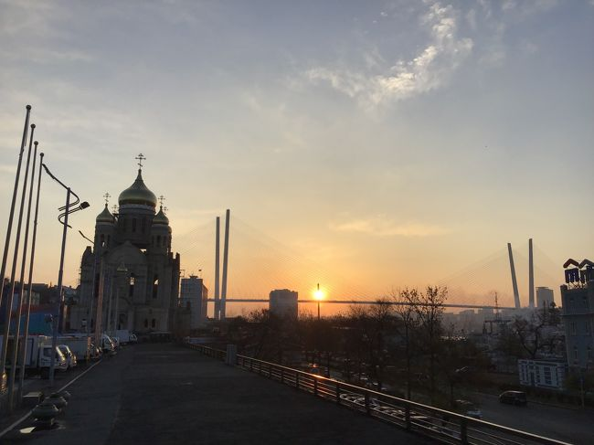 ネットの友人と2泊3日でウラジオストク訪問。極東ロシアの港町を楽しんできました。旅慣れた方々ばかりなので飛行機はバラバラ、同じホテルにしとけばいいでしょ、ということで緩めの現地集合w。<br />飛行機はS7航空を利用。レビューはこちらをご覧ください。 http://4travel.jp/airline/s7_airlines/tips/13371057/<br />短距離なので多くを求めず、直行便で行けてラッキー、くらいのノリがいいと思います。ホテルはジェムチェジュナホテルにて2泊。レビューはこちらでどうぞ。 http://4travel.jp/os_hotel_tips_each-13372767.html<br /><br />初日は移動のみ、ホテルで夕食して終了。翌日は徒歩で市内観光ののち、シーフードにて夕食(最後の晩餐)。最終日はホテルからほとんど動くこともなく昼前に出発、慌ただしいながらも楽しい旅行でした。市内中心部だけであれば2泊でも十分に楽しめる街だと確認できました。いわゆるロケハンでしたw<br />