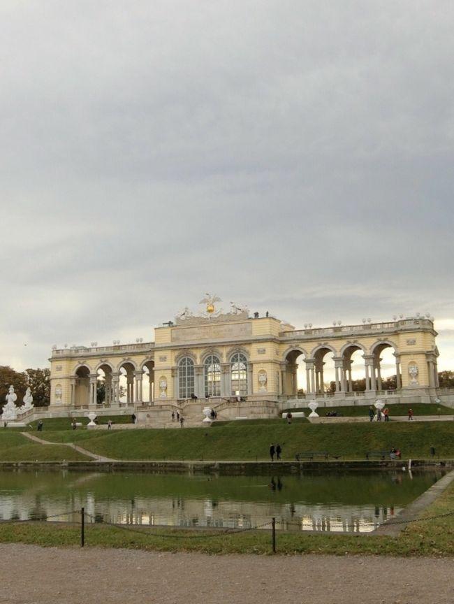 昨日の移動疲れも取れ、朝から元気に行動開始!<br /><br />ウィーンでのハイライト!<br />本日はシェーンブルン宮殿に行きます。<br /><br />ハプスブルク家の夏の離宮。。。世界遺産です。<br /><br />幼いモーツアルトが演奏会を催し、マリー・アントワネットにプロポーズしたとか・・・?<br />エリザベート皇妃・・・通称シシィ<br />彼女がこよなく愛した離宮とか・・?<br /><br />地下鉄20分で行ける世界遺産!<br />そんなウィーン郊外でお散歩して・・<br /><br />午後は教会コンサート!<br /><br />ランチは素敵カフェに行きたいと思います。<br />夕食はウィーンに来たならここへ!<br />そんな代表的なお店に予約しました。<br /><br />今日もウィーンの街を満喫したいと思います。<br /><br />では朝食済ませて、出かけましょう。