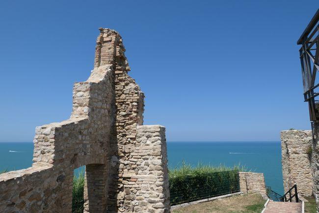 6月12日-7月9日の25泊27日、南イタリアへ行きました♪<br />観光・グルメ・海水浴をたっぷりと楽しんできました♪<br /><br />☆Vol.543:第19日目(7月1日)オルトーナOrtona(キエーティ県)♪<br />オルトーナはヴァスト同じようにアドリア海岸の断崖上にある町。<br />オルトーナ旧市街は小さいが、なかなか趣がある。<br />旧市街のメインストリート「Corso Giacomo Matteotti」の先端部にオルトーナ城。<br />オルトーナ城は別名アラゴン城。<br />1492年にスペインのアラゴン家によって築城された生粋のアラゴン城。<br />断崖の縁にあり、<br />周囲のパノラマは素晴らしい。<br />古城の大半はすでに失われているが、<br />きれいに整備されている。<br />アラゴン城の案内板を見て愕然とする。<br />第二次世界大戦1943年にアメリカ軍による大規模な空襲爆撃と上陸による手榴弾/砲撃で古城は崩壊。<br />そしてその衝撃で断崖側の大規模な地滑りで古城の海側半分が消失。<br />実は第二次世界大戦中の古城は爆弾の倉庫に使われていたことと、<br />オルトーナの港はイタリア軍の基地になっていたことが災いした。<br />この出来事は映画になるほどの有名であったらしい(ハリウッド映画)。<br />第二次世界大戦に巻き込まれた古城。<br />悲しい気分になりながら、<br />ゆったりと歩いて眺めて♪