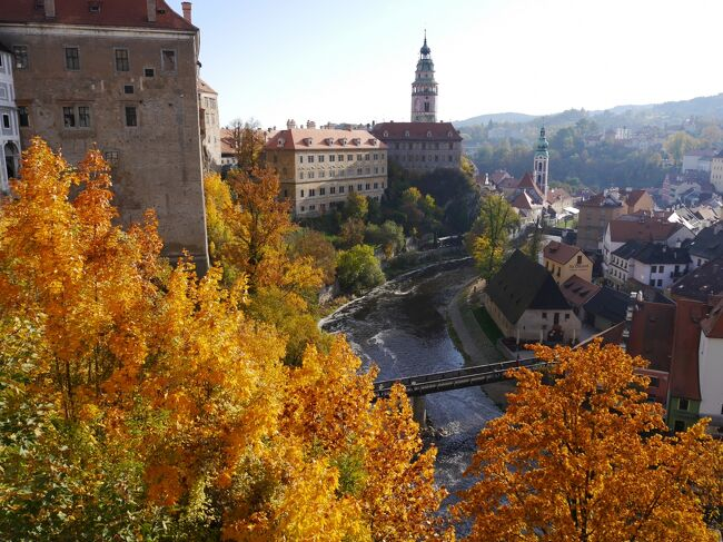 秋の中欧4ヵ国を夫婦で旅行しました。2年前に行ったオーストリア(ウィーン)以外は初めての国です。<br />ウィーンではちょっとトラブルがありましたが、黄葉が綺麗で楽しく旅行が出来ました。<br /><br />日程<br />10月 9日 関空~ヘルシンキ~プラハ プラハ泊<br />10月10日  プラハ観光         プラハ泊<br />10月11日 プラハ観光 プラハ~チェスキークルムロフ チェスキークルムロフ泊<br />10月12日 チェスキークルムロフ観光 チェスキークルムロフ~ウィーン ウィーン泊<br />10月13日 ウィーン観光              ウィーン泊<br />10月14日 ウィーン、メルク観光       ウィーン泊<br />10月15日 ウィーン~ブラチスラバ ブラチスラバ観光 ブラチスラバ泊<br />10月16日 ブラチスラバ~ブダペスト ブダペスト観光 ブダペスト泊<br />10月17日 ブダペスト観光              ブダペスト泊<br />10月18日~19日 ブダペスト~ヘルシンキ~関空   <br /><br />旅行記 3.<br />10月11日~12日 チェスキークルムロフ観光=送迎シャトル=ウィーン
