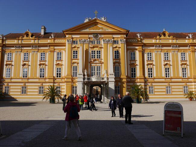 秋の中欧4ヵ国を夫婦で旅行しました。2年前に行ったオーストリア(ウィーン)以外は初めての国です。<br />ウィーンではちょっとトラブルがありましたが、黄葉が綺麗で楽しく旅行が出来ました。<br /><br />日程<br />10月 9日 関空~ヘルシンキ~プラハ プラハ泊<br />10月10日  プラハ観光         プラハ泊<br />10月11日 プラハ観光 プラハ~チェスキークルムロフ チェスキークルムロフ泊<br />10月12日 チェスキークルムロフ観光 チェスキークルムロフ~ウィーン ウィーン泊<br />10月13日 ウィーン観光              ウィーン泊<br />10月14日 ウィーン、メルク観光       ウィーン泊<br />10月15日 ウィーン~ブラチスラバ ブラチスラバ観光 ブラチスラバ泊<br />10月16日 ブラチスラバ~ブダペスト ブダペスト観光 ブダペスト泊<br />10月17日 ブダペスト観光              ブダペスト泊<br />10月18日~19日 ブダペスト~ヘルシンキ~関空  <br /><br />旅行記5.<br />10月14日 ホテル~ウィーン西駅=REX=メルク(メルク修道院=<br />REX=ウィーン西駅~フンデルトヴァッサー・ハウス~ホテル<br />10月15日 ホテル~~ Rennweg駅= T0= ウィーン中央駅 ウィーン中央駅 =REX2510 =ブラチスラバ中央駅<br /><br />