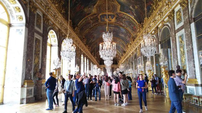 フランスの超有名観光地の一つであるヴェルサイユ宮殿、とうとうやってきました。<br /><br />写真コメント:有名な鏡の間。思ったより煌びやかさがなかったような・・・ガイドブックに騙されましたw<br /><br />※解説ではなくひたすらつぶやきのみですので悪しからず(;´∀`)