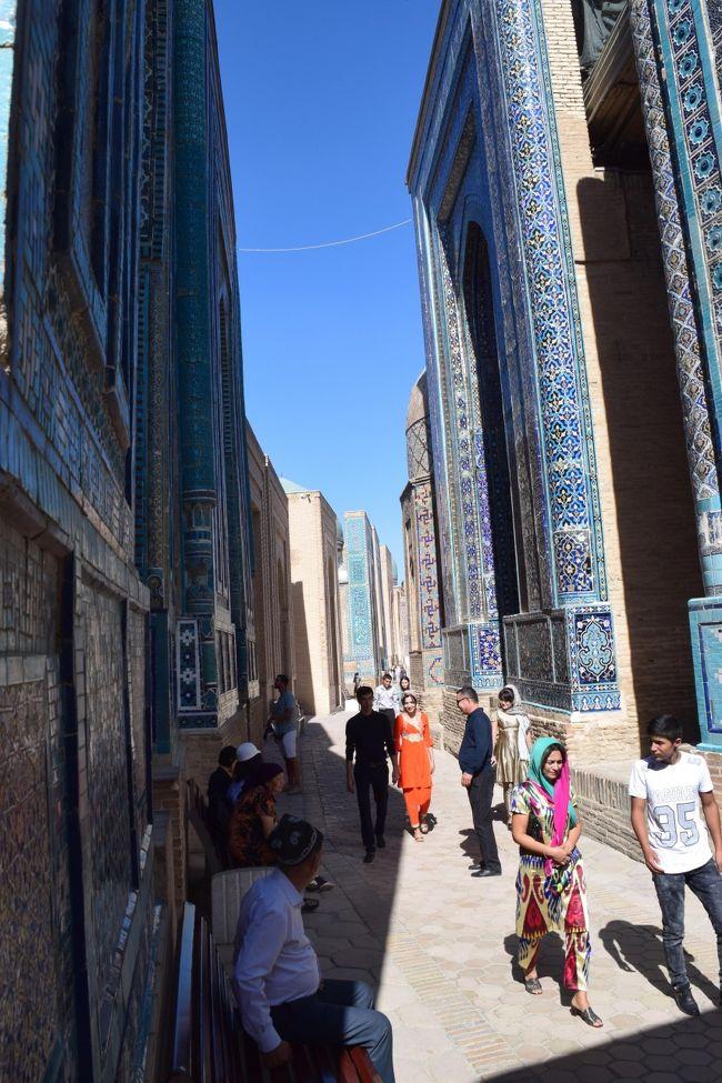 サマルカンド、青の都。<br />この写真を見てもらうとわかるけど、本当に青い!<br />そして民族衣装の女性が普通に歩いてるからタイムスリップしたみたいな錯覚に陥る。