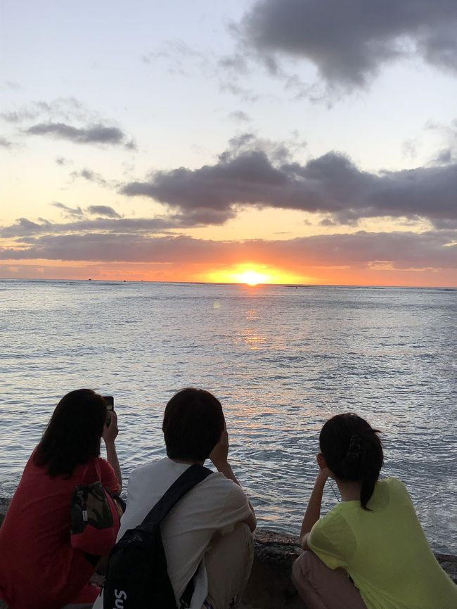 3泊5日。4人家族での旅行。家内とは3度目のハワイで、長男は2回目、長女は初めて。パラセイリングや買い物などリゾート地での休日を満喫しました。ワイキキビーチから見たダイヤモンドヘッドや海の眺めは最高でした。また、朝食でアウトリガーホテルの1階にあるデュークスに2度行きましたが、中学校の長女がすっかりお気に入りに。ハワイは何度行っても楽しめる最高のリゾート地ですね。