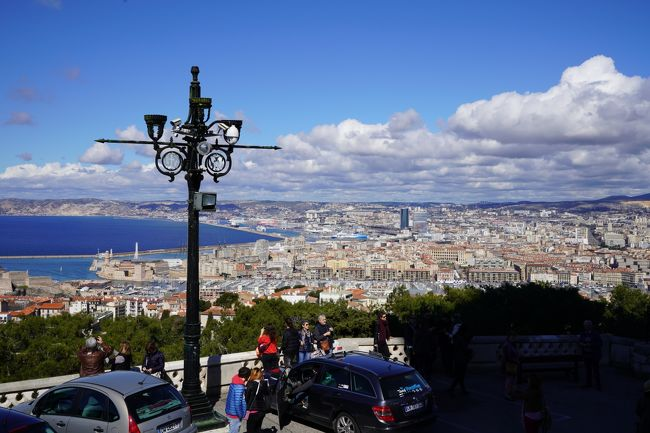 2018.3.17<br />地中海クルーズ2日目<br />バルセロナ→フランス・マルセイユ<br />全く揺れも振動もない船はマルセイユ港をゆっくり入港。18階のビュッフェで食事をしながら旧市街を海上から見つめる。海上からの景色はとてもロマンチックだ!<br />マルセイユはフランス南プロバンス地方にありフランス最大の港町で最古の街でもあります。観光の中心はコの字型の旧港周辺。比較的徒歩圏内で観光場所があります。今日は一日自由行動のためマルセイユ旧市街からノートルダム・ド・ラ・ガルトまでチューチュートレインに乗って趣のある港から市街地を走りながら、標高100mの教会まで向かいました。ノートルダム・ド・ラ・ガルトから眺めるマルセイユの街は絵画のようで二人でため息!!!<br />さあ明日はイタリア・ジェノバへ入港する。<br />My movie<br />https://youtu.be/ONZLHIrzVcM