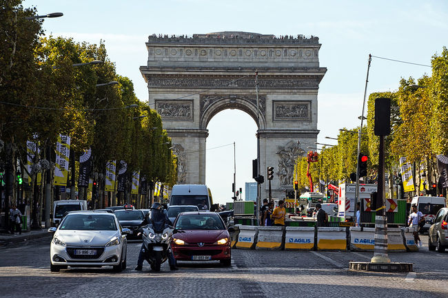 ヴェルサイユからパリに戻る途中、RERのエッフェル塔駅でメトロに乗り換え、凱旋門に向かいます。<br /><br />前の旅行記・・・ヴェルサイユ庭園編<br />https://4travel.jp/travelogue/11427444<br /><br />□9月8日 名古屋から香港<br />□9月9日 香港からパリ、パリ散策<br />□9月10日 ルーブル美術館、エッフェル塔<br />□9月11日 モンマルトル散策、ムーランルージュ<br />■9月12日 ベルサイユ宮殿、凱旋門、シャンゼリゼ通り<br />□9月13日 モンサンミッシェル(泊)<br />□9月14日 モンサンミッシェルからパリ・モンパルナス<br />□9月15日 ルーブル美術館、オルセー美術館、エッフェル塔<br />□9月16日 パリから香港<br />□9月17日 香港から名古屋