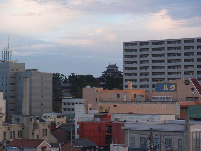 古代出雲歴史博物館目的で決めた島根行き、1泊目は出雲市、2泊目は松江市で宿を取りました。<br />これならのんびりできそうだと思っていたのですが連休に予定されていたのは神在月の神在祭。出雲大社は神様も崇敬者もたくさん訪れるようです。<br /><br />「2018秋しまね その2、うろうろ松江」は、出雲から松江に移動して過ごした旅行2日目の記録です。