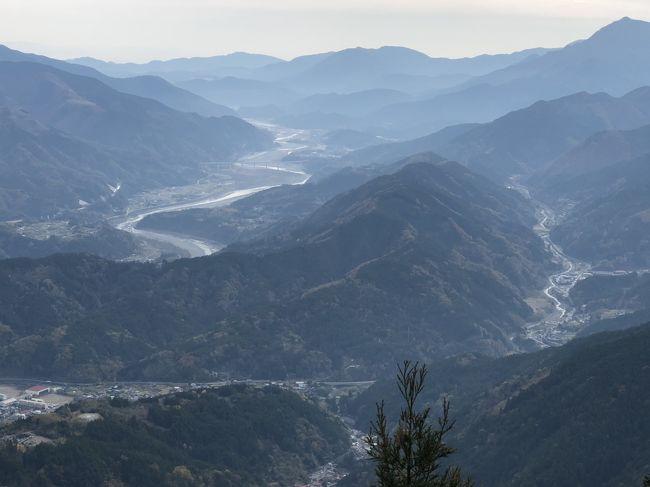 下部温泉に一泊した翌日は身延線で、日蓮宗の総本山、身延山久遠寺にお参りをしました。<br /><br />前日の下部温泉の旅行記はこちら<br />https://4travel.jp/travelogue/11427863<br /><br />下部温泉から身延山へは列車、バスの本数が少ないので、時刻は要チェックです。<br /><br />身延山の三門の大きさ、石段の長さにびっくりしました。この石段は287段ありますが、1段づつがとても高いのです。石段の下から上まで高低差104mで287段ということは、単純計算で1段が35㎝ということです。普通の駅の階段は20㎝程度ですから、足を1歩上げるのも「よっこらしょ」でした。<br />登りきった広い境内は伽藍も立派でした。健康のことを絵馬に書いて奉納しました。本堂内部や地下の宝物館、隣の祖師堂も見学しました。<br />境内のロープウェイ駅から身延山山頂の思親閣に上がりましたが、富士山もくっきり見える景色で大満足でした。<br />広大な景色を眺め、清浄な空気を吸い、足は疲れたけれどすっきりと身が清められた感じがしました。<br /><br />なお、新宿―身延間は2,900円で行ける高速バスがあります。身延山まで乗り換えなしで行けるし値段も安いのですが、甲府行きのバスで酔ったことがあるので、今回は使いませんでした。バスが大丈夫な人なら、バスのほうが楽ですね。
