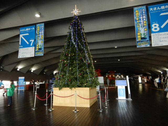 今年はもう乗る予定ではなかったのですが、値下げの誘惑に負けて予約してしまった(苦笑)今年2本目のダイヤモンドプリンセス乗船記です。<br /><br />またも初動が遅かったらしく、J〇Bに連絡した時点ではキャンセル待ちでした。<br />横浜発着で寄港地は名古屋・大阪・沖縄・基隆(台湾)の9日間のコースです。<br />名古屋・大阪からも乗船出来るコースということはパンフレットを見て把握していたのですが、寄港地である基隆からも乗れる事を、乗船してから知りました。<br /><br />まだクルーズ初心者みたいなものなので大層な事は言えませんが、今までとは全く異なる雰囲気だったので面食らったまま、下船となりました。<br />何というか・・やっぱり安くなるには理由があるんだなと。<br /><br />そしてまたもトラブルが・・フルスイートなのに!!!<br />ホスピタリティとか期待していないので、フツーに過ごさせてくれたら満足なのにそうさせてくれないカーニバル・ジャパンなんてキライだー!(涙)<br /><br />あげくに風邪ももらっちゃったし(←それは関係ない。)<br />もうダイプリはこりごり・・と今現在は思いつつ、半分寝込みながら旅行記を書き始めました。<br /><br />でも怒りが持続しないタイプ(しかも家族全員)なので10日位したら、都合よくいい思い出に脳内変換して、また乗っちゃうかもしれません☆<br /><br /><br /><br /><br /><br />