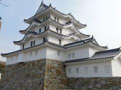 仰げば出来たてホヤホヤの尼崎城、ついでに世界の貯金箱。