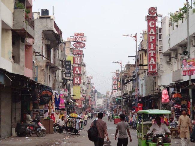 夏休みを利用して、インドにやってきた。<br />インドに行くという長年の夢がやっと叶った。<br /><br />空港で劇場型詐欺を繰り広げる人や、様々嘘をついて旅行代理店へ連れて行こうとする人など、地球の歩き方に載っているような人々にも実際にお会いすることができた(すべて撃退!)。<br /><br />またインド人は写真を撮られるのが大好きなようで、今日1日で10回近く「あなたのカメラで写真撮って―!」と言われ、その内2回「君はガンジーに似てるね(特にメガネが)」と言われた・・・。<br /><br />一人旅をしていてとても楽しい国だ・・・