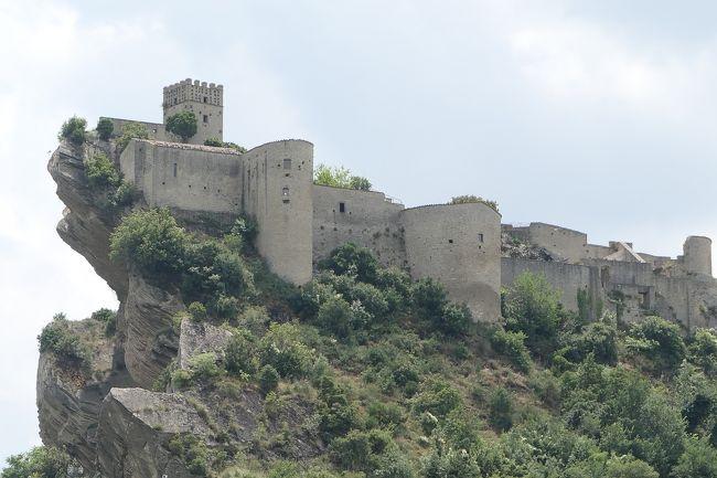 6月12日-7月9日の25泊27日、南イタリアへ行きました♪<br />観光・グルメ・海水浴をたっぷりと楽しんできました♪<br /><br />☆Vol.645:第21日目(7月3日)ロッカスカレーニャRoccascalegna(キエーティ県)♪<br />ロッカスカレーニャはキエーティ県で、<br />標高450メートル。<br />山の上に広がる村。<br />最も有名なのはロッカスカレーニャ城。<br />ロッカスカレーニャ城を観光したら、<br />専用車ベンツで絶景ポイントへ。<br />近くの農道。<br />ここからの眺めは素晴らしい。<br />これぞ、ロッカスカレーニャ城の代表的な景観。<br />何回見ても飽きない。<br />岩山の上にそびえたつ古城。<br />夏の風景は美しい。<br />ゆったりと眺めて♪<br />