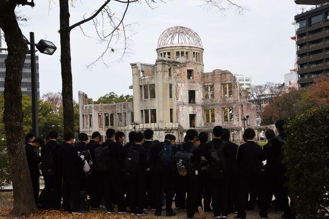 12月最初の日曜日、平和記念公園には大勢の生徒さん達が平和学習に訪れ、ボランティアガイドさんの話を熱心に聞き入っていました。負の世界遺産や原爆の子の像前で静かに黙祷している生徒さん達の姿がまぶしく映りました。