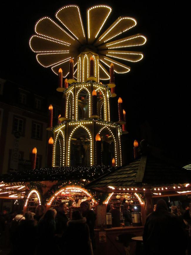 ★ハイデルベルクのクリスマスマーケット<br /><br />大学広場、マルクト広場、カールス広場の3ヶ所に分かれています。旧市街はそんなに広くないので歩いているうちに色々見られます。<br />市庁舎と聖霊教会のあるマルクト広場には、巨大なドイツ伝統のピラミッドがライトアップされていてオススメの写真スポットとなっています。<br /><br /><br />1日目 中部国際空港~仁川国際空港~空港内のトランジットホテル泊<br />2日目 仁川国際空港~フランクフルト国際空港~ハイデルベルク泊<br />3日目 ハイデルベルク観光<br />4日目 午前、ハイデルベルクからフランクフルト移動 午後、フランクフルトのクリスマスマーケットへ。<br />5日目 ケルンに日帰り観光<br />6日目 フランクフルト観光<br />7日目 午前中、フランクフルト観光 午後、フランクフルト空港~仁川国際空港<br />8日目 仁川国際空港~中部国際空港